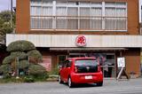 画像: 渋めのイメージで決めてみた今回のメインカット。こちらは千葉県郊外の国道沿いで見つけ、昼食を取るために入った「丸源食堂」というお店。看板にある「とろ定食」とは何なのかと思って聞いてみたところ「とろろご飯、味噌汁、一品がセットになったメニュー」のことだった。今回の月間走行距離は、短距離での使用が多かったので短めと予想していたが、集計してみると、ほぼいつもの平均的な値に落ち着いた。御殿場の富士スピードウェイへの往復取材や、西伊豆往復取材などがあったからだろう。