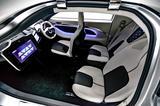 画像: モノトーンでまとめられたインテリア。右側(運転席側)が2席、左側が1席の3人乗り。