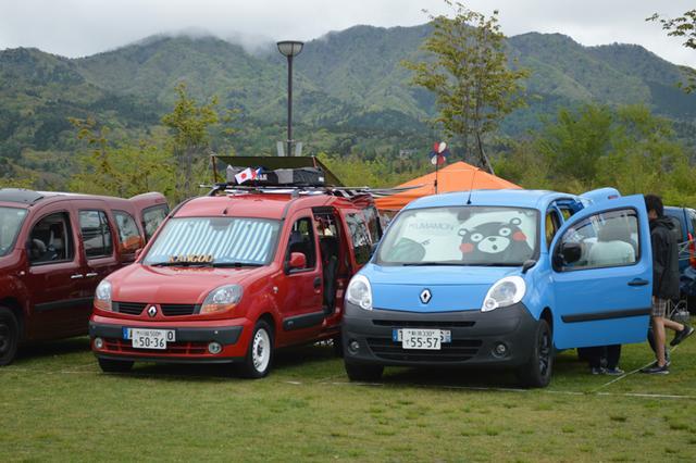画像: 初期型から最新モデル、限定車や特別なカラーなど、さまざまなカングーが並ぶ。