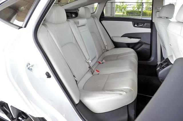 画像: リアシートは、タクシーとして使うのにも十分な広さがある。