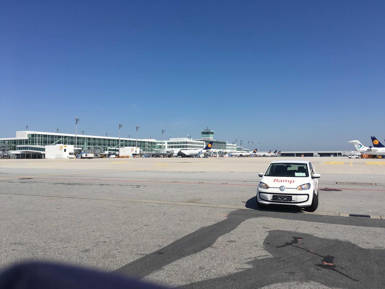 画像: 長期テストレポート第21回にドイツの空港で活躍するアップ!について記したが、再び機会があったので、今回はミュンヘン空港でその清々しい姿を撮影してきた。ボンネットには「Ramp(ランプ)」とあるので駐機関連の担当サービス車のようだ。駐車時にハンドルを切った状態にしておくのは安全上のレギュレーションだろう。