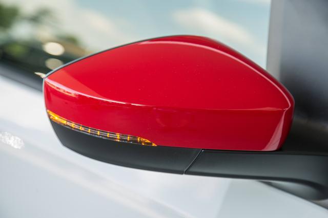 画像: そしてこちらは、最新仕様アップ!のドアミラー。トルネードレッド色なので、MMアップ!号のものと勘違いしてしまいそうだが欧州仕様のドアミラーだ。サイドインジケーターが一体化されたデザインへアップデートされている。
