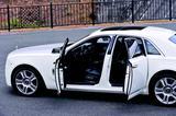 画像: ファントムと同様にドアは観音開きを採用。リアシートへの乗り降りが楽なのがポイントだ。