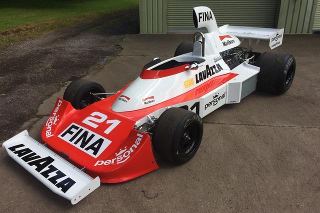 画像: Williams FW04(1975〜1976年)/展示・デモンストレーションラン予定。フォードコスワースDFVエンジンを搭載して1975年のシーズン途中に投入。デビューイヤーではあるが、ジャック・ラフィットが2位入賞を果たし、ウイリアムズに初の選手権ポイントをもたらした。