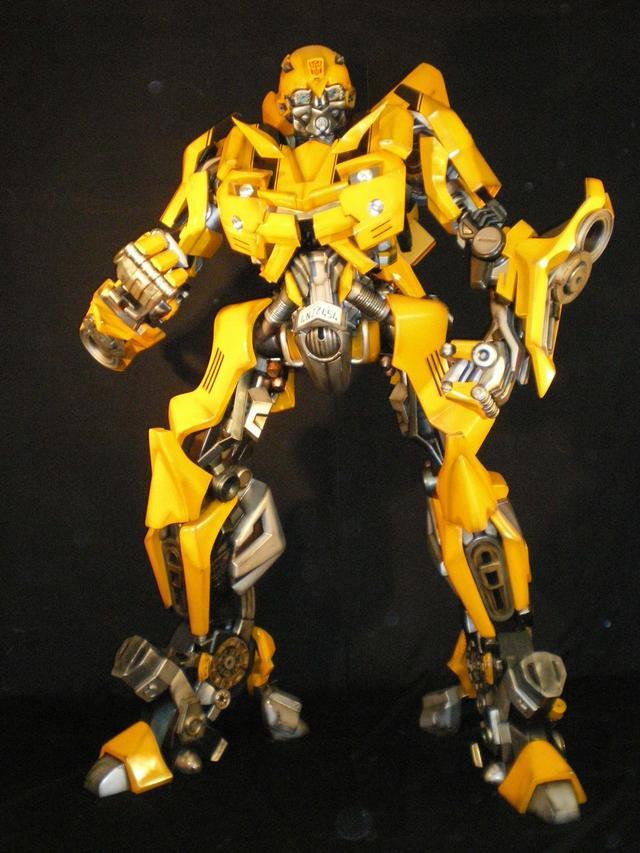 画像: 超ロボット生命体「バンブルビー」。これが変形するのが、第5世代モデルのシボレー カマロだ。全長2mを超えるだけに、イベント会場で「バンブルビー」に出会うとその存在感の大きさに圧倒されることだろう。