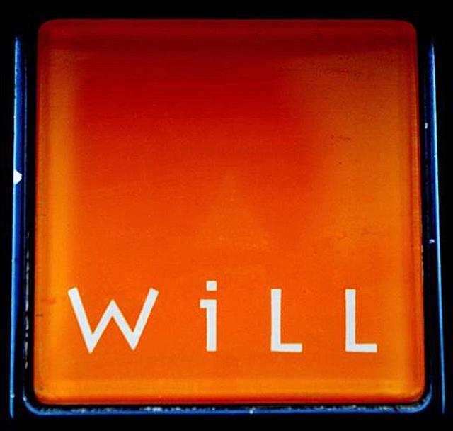 画像: 四角いオレンジ色の地に白いロゴが入ったWiLLのエンブレム