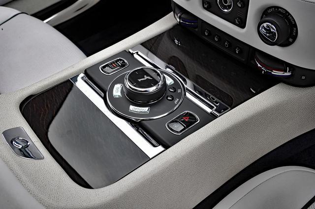 画像: BMWのiドライブと同じシステムのダイヤルは、スピリット・オブ・エクスタシー・ロータリー・コントローラーと呼ばれる。