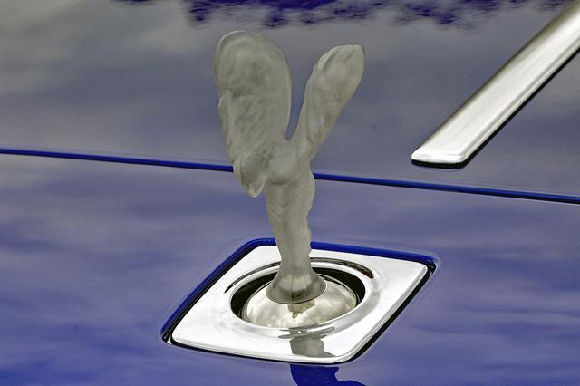 画像: 発光するスピリット・オブ・エクスタシーは、ドアロックと連動してボンネット内に収納される。