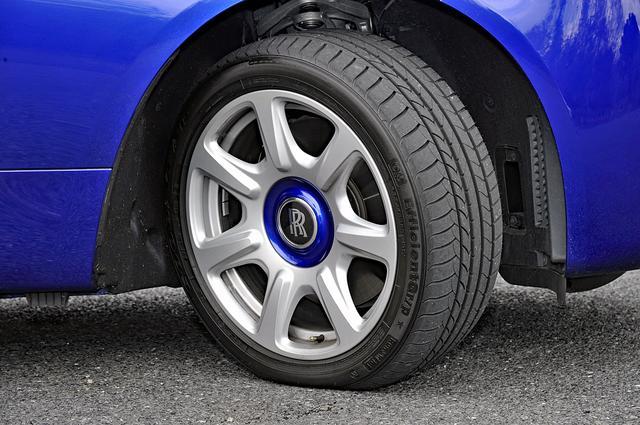 画像: タイヤは前後異サイズのランフラット。センターエンブレムは固定され、走行中でもRRマークは回らない。(タイトル写真参照)