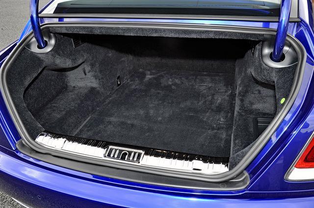 画像: トランク容量は470L。幅、高さ、奥行きとも十分。毛足の長いゴージャスなカーペットも敷かれている。