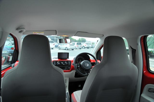 画像: 後席からだとヘッドレスト一体型フロントシートは前方の視界をやや遮る印象。ハイアップ!のポップで軽快な雰囲気のインテリアデザインは、担当者の好みにぴったりであった。長期テストのスタート当初は、赤いクルマに乗ることがちょっと気後れしたが、しばらくすると慣れて逆に嬉しく感じられるようにもなった。