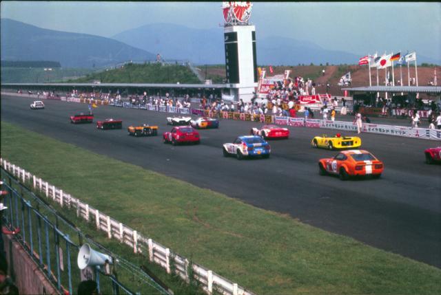 画像: 1971年9月5日に開催された富士グランチャンピオンシリーズのスタートシーン。グループ7/6マシンとグループ4のフェアレディZの混走ぶりがよくわかる。