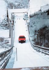 画像: 1986年に流されたTVコマーシャル。アウディ100CSクワトロがジャンプ台を登る。