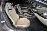 画像: 人間工学的な新デザインのシート。812スーパーファストは2シーターなので、シート後ろにもカーゴスペースがある。
