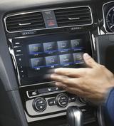 画像: 純正インフォテイメントシステムはジェスチャーコントロール機能を搭載したモデルも登場した。