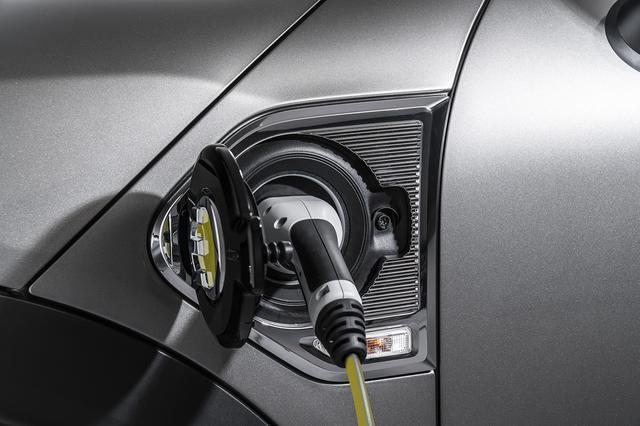 画像: リチウムイオンバッテリー容量は7.6kWh。200V電源で約3時間で満充電可能だ。