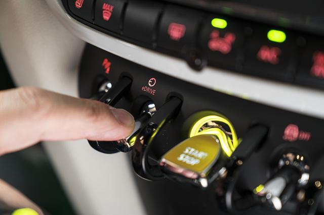 画像: eDriveのトグルスイッチを押すだけで完全EV走行。3つのモードから選択できる。