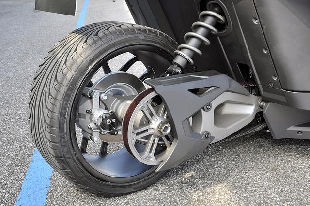 画像: リアタイヤまわりはオートバイそのもの。ミッションからデフを経て、カーボンベルトで後輪を駆動。