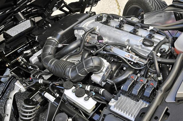 画像: GM製エコテック2.4L直4DOHCをフロントに搭載。エンジンルームは、けっこうギッシリ!