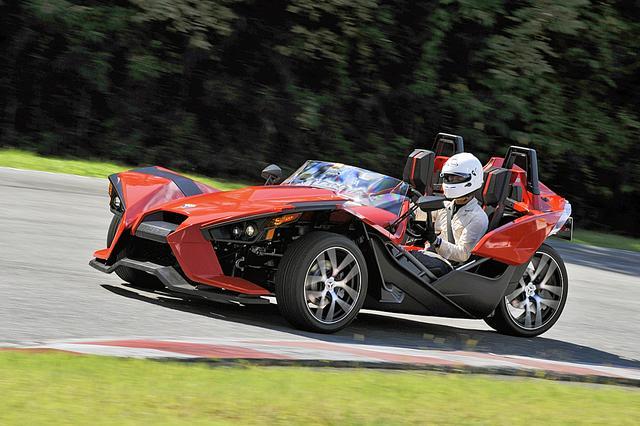 画像: 2輪とも4輪とも異なる、独特な感覚のコーナリングは楽しい。車重は軽いから、加速性能も優れている。