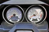 画像: スピードとタコの2眼メーターはオートバイ的。スピードメーターはキロ/マイルの表示切り替えが可能。