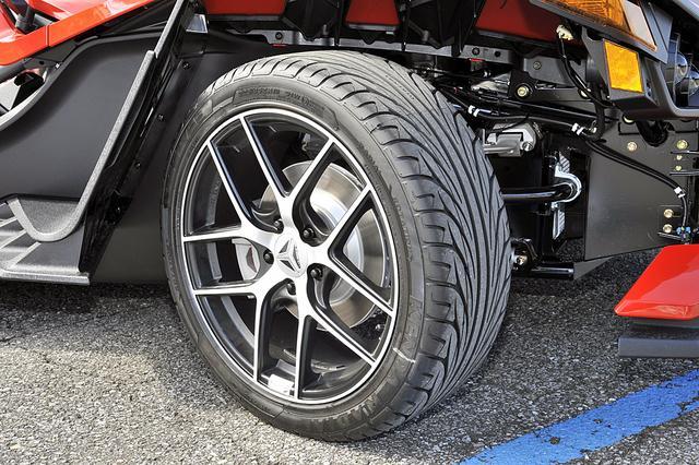 画像: タイヤはKENDAという台湾メーカーのもの。フロントのサイズは225/45R18。