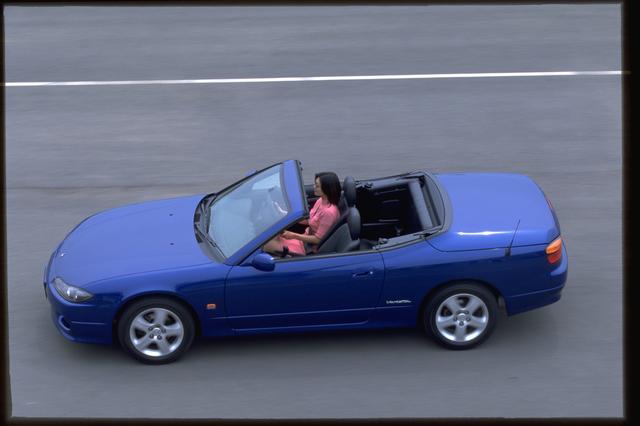画像: ルーフの開閉状態に関わらず、4名が乗車できる車内は空間が確保されていた。