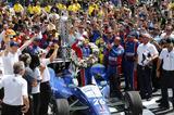 画像: インディ500の表彰台に上がれるのは優勝者のみ。そしてそこでミルクを飲み干すのが伝統。