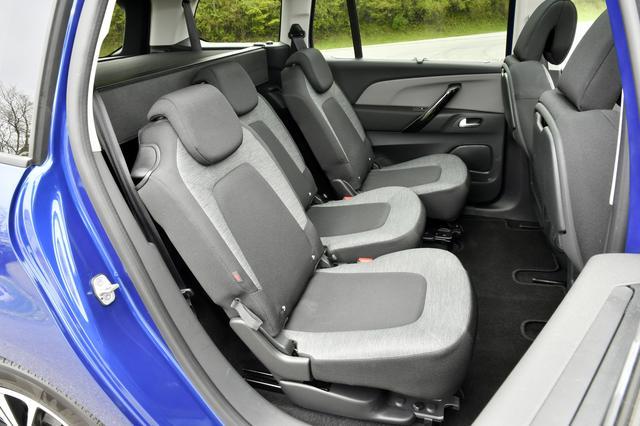 画像: セカンドシートは3席別々にスライド/リクライニングが可能。