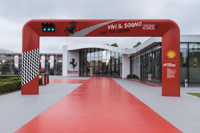 画像: 左が従来のミュージアムで、右が新設されたスペース。美しいウイング形状を描くガラス張りの建屋が、新旧の「歴史空間」をつなぐ。