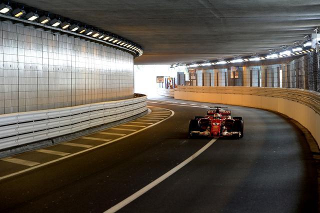 画像: 逆転で優勝を飾ったヴェッテル。これでハミルトンの差は25点に拡大。レース後、「早すぎたライコネンのピットストップはチームの作戦だったのではないか」という声もあった。