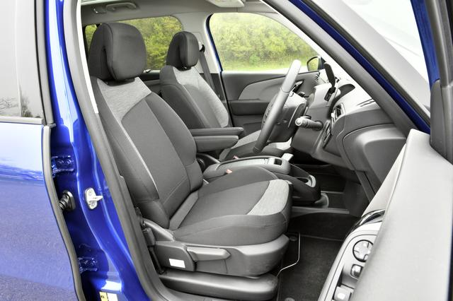 画像: フロントシート。背もたれ調整はダイアル式。