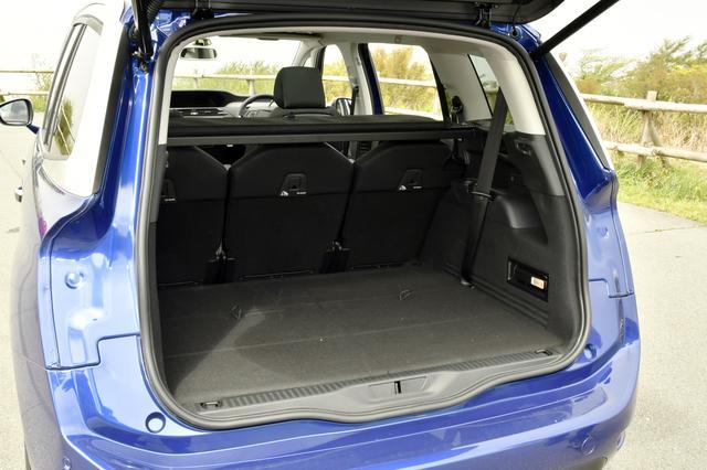 画像: サードシートは完全に床下収納が可能。