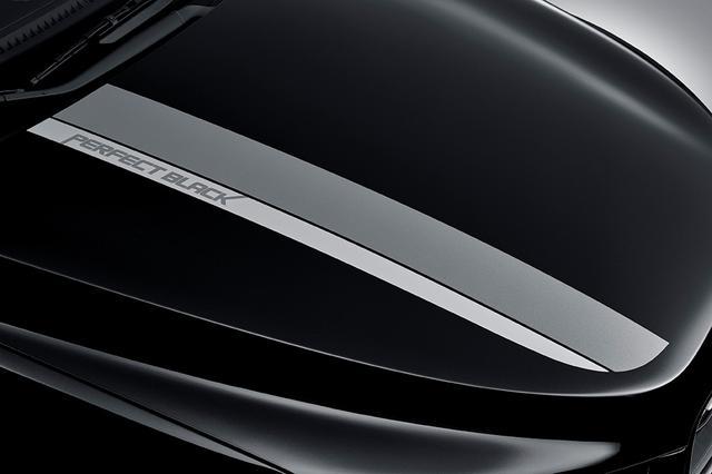 画像: ボンネット(エンジンフード)の専用デカール。「PERFECT BLACK」のロゴデザインが入れられる。