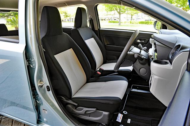 画像: ヘッドレスト一体型の採用で軽量化に貢献しているフロントシート。運転席はシートリフター付き。