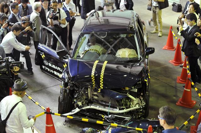 画像: オフセット衝突。エンジンルームがクラッシャブルゾーンとなって、キャビンがしっかりと守られているのがわかる。