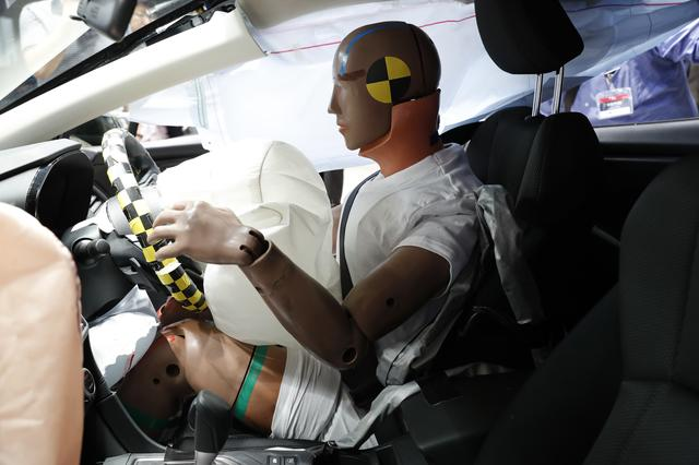 画像: オフセット衝突でのダミー人形。見た目は損傷がない。また運転席側/助手席側ともにドアが開いたことを確認。