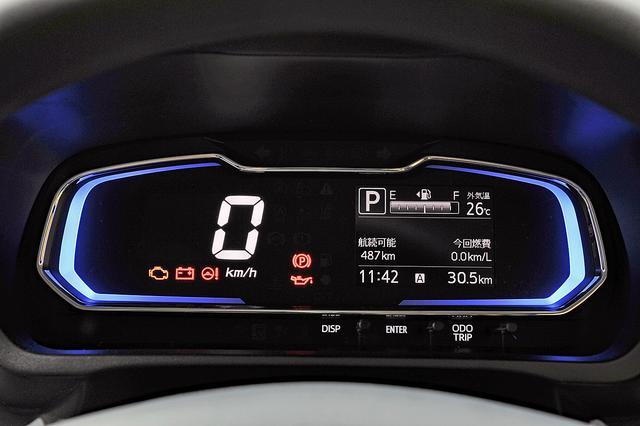 画像: デジタルメーターはシンプルで見やすい。燃費の良い運転をすると、イルミネーションはブルーからグリーンに変わる。