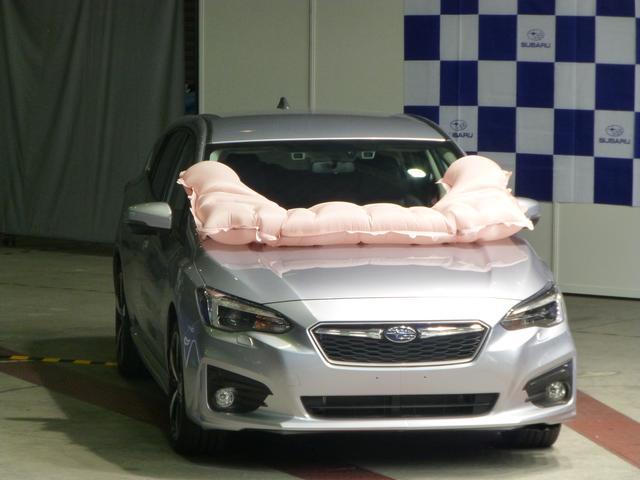画像: インプレッサ/XVに全車標準装備する歩行者保護エアバッグ。危険性の高いピラー部をエアバッグでカバーする。