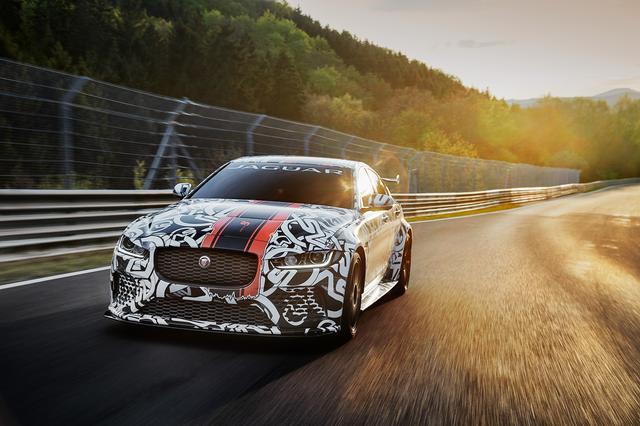 画像: フロントには5L V8スーパーチャージャーエンジンを搭載。