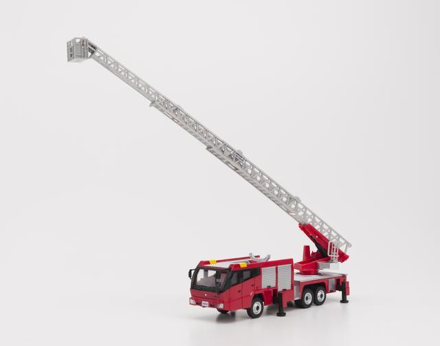 画像: アウトリガー(車体からせり出した足)を出してはしごを延ばした状態。