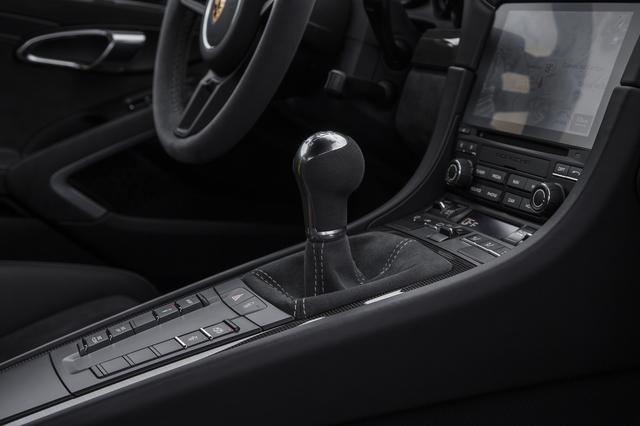 画像: ョートストロークシフトの6速GTスポーツマニュアルトランスミッションをオプションで用意する。