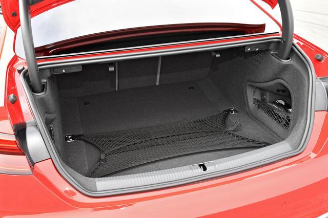 画像: 荷室容量はVDA式で465L。奥行きが広く、ゴルフバッグもすっぽり。