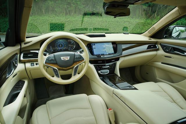 画像: たっぷりとしたサイズの運転席は20ウェイの電動調整機能付き。