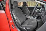 画像: シートスライド幅が長く、ハンドル位置も約50mm前後する。これによるドライビングポジションの調整幅の広さも魅力。