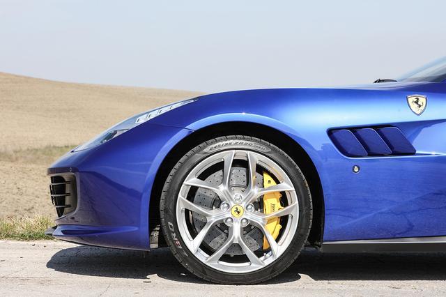 画像: ルッソTのホイールやタイヤサイズは6.3L V12 DOHCエンジン搭載のルッソと同一。ルッソは独自の4WDシステムを採用するが、ルッソTはニーズに合わせてFRを採用。