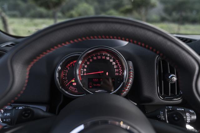 画像: 運転席の前には、速度計を中心に、左に半円形の回転計、右に燃料計が置かれている。