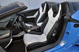 """画像: ブラックとホワイトの""""バイカラー""""と呼ばれるシート。座面とシートバックには六角形のステッチが入る。"""