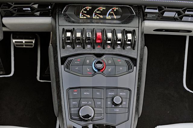 画像: センターダッシュ上部はサブメーター、その下にハザードやウインドーのスイッチ、エアコンやオーディオの操作パネル。