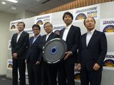画像: 東海大学チーム監督の木村英樹教授(右から2番目)をはじめ、東海大ソーラーカーチームに技術協力を行うパナソニック(太陽電池モジュール)、東レ(炭素繊維)、ブリヂストン(タイヤ)の開発者が登壇、技術説明を行った。